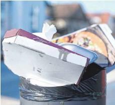 ?? FOTO: MARIJAN MURAT/DPA ?? Weil Restaurants im Lockdown geschlossen sind, greifen immer mehr Menschen zu Mitnehmangeboten – was mehr Müll verursacht.