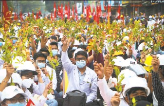 ?? As­so­ci­ated Press ?? Stu­dents from the Univer­sity of Medicine in Man­dalay protest the mil­i­tary lead­ers who seized power in Myan­mar. Many work­ers have joined a civil disobe­di­ence cam­paign against the junta.