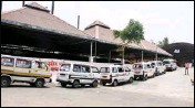 ?? PIC/PTI ?? Ambulances, carrying bodies of people who died of COVID-19, parked outside a crematorium for last rites, in Surat, on Wednesday