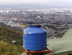 ?? ALBERT MARÍN ?? Muchos vecinos de las zonas altas poseen tanques de almacenamiento, pero ante la sequía, son insuficientes.