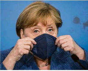 ?? Foto: Michael Kappeler/Pool/afp ?? Bundeskanzlerin Angela Merkel bei ihrem Besuch des Robert-Koch-Institutes.