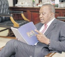 ?? /PSCU ?? Pres­i­dent Uhuru Keny­atta reads the BBI re­port