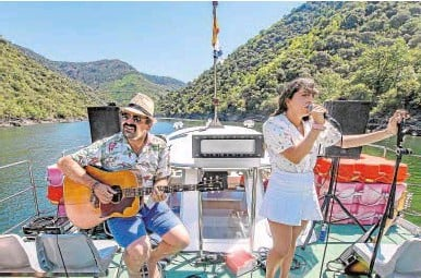 ??  ?? Ángel Carmona y Dani actuando en un catamarán