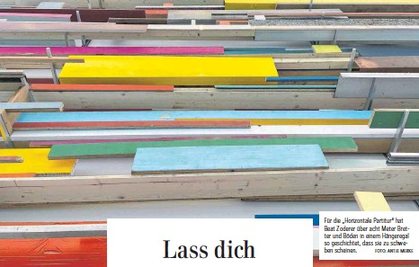 """?? FOTO: ANTJE MERKE ?? Für die """"Horizontale Partitur""""hat Beat Zoderer über acht Meter Bretter und Böden in einem Hängeregal so geschichtet, dass sie zu schweben scheinen."""