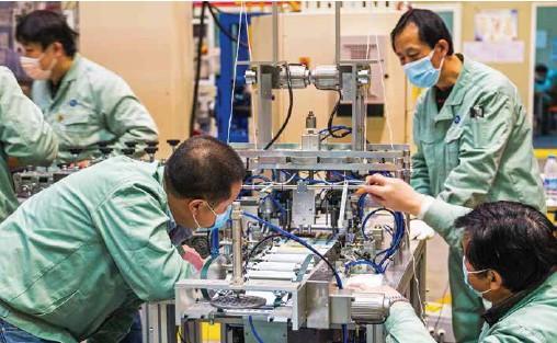 ??  ?? 口罩生产企业加紧生产保障产品供应