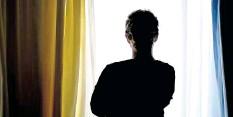 ?? FOTO: PETER STEFFEN/DPA ?? Nimmt Gewalt auf engem Raum zu? Eine junge Frau steht in einem Zimmer eines Frauenhauses.
