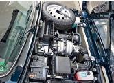 ??  ?? Капот открывается в «неправильную» сторону, запаска обитает в моторном отсеке – это экономит объем багажника. Но он всё равно слишком тесен.