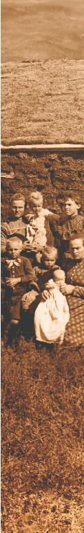 ??  ?? BANDITI RIABILITATI Shorty in sella al suo cavallo e con la sua famiglia nel 1901 (a destra). Dopo una vita da fuorilegge, si stabilì come agricoltore in Nebraska.