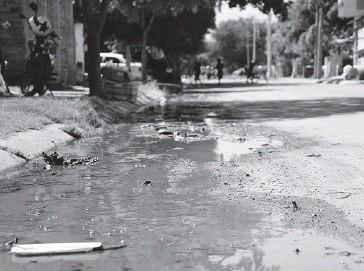 ?? EL DEBATE ?? >En la mayoría de las colonias hay denuncias de drenajes colapsados.