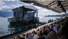 ??  ?? Die Bühne im Genfersee und lediglich 500 Sitze am Ufer.