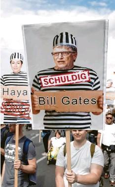 ?? Foto: Michael Kappeler, dpa ?? Demonstranten in Berlin: Sie glauben, dass es eine gigantische Weltverschwörung gibt, angezettelt von den Eliten – wie etwa Bill Gates.