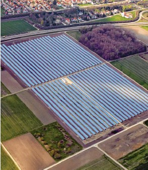 ?? Fotos: Marcus Merk ?? Die Stromerzeugung mithilfe der Sonne im Kreis Augsburg soll massiv ausgebaut werden. Unser Bild zeigt einen bestehenden Solarpark bei Nordendorf.