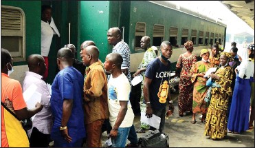 ??  ?? •Passengers boarding the free train provided by the Osun State Government for the Eidel-kabir celebration, at the Iddo terminal...yesterday.