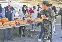 ?? FOTO PRENSA LIBRE: CORTESÍA ?? Las raciones de alimentos también han sido entregadas en Quetzaltenango al personal que trabaja en la construcción de este centro de atención.