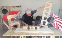 ??  ?? Los jóvenes fabrican diferentes tipos de muebles como sillas, mesas, zapateras, reposeras, portavinos y otros.