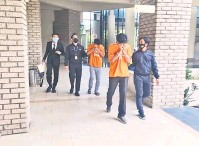 ??  ?? REMAN: Dua suspek lelaki dipercayai terlibat kes tuntutan palsu dibawa ke Mahkamah Majistret Sandakan.