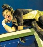 ??  ?? Pamina Milewska zeigt als Puck auch akrobatische Fähigkeiten.