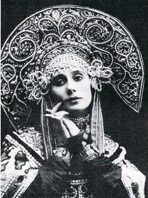 ??  ?? Anna Pavlova, grande ballerine russe du début du XXe siècle, en costume traditionnel. Le diadème bandeau, ci-dessus est en diamants, spinelles roses, grenats mandarins et tourmalines.