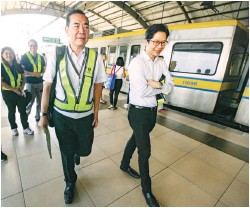 ??  ?? CONFLICT OF INTEREST? – Former Public Works and Highways Secretary and now-Light Rail Manila Corporation President Rogelio Singson (left) arrives at the Roosevelt Station of Light Railway Transit (LRT) Line 1 Wednesday, on his way to the proposed site...