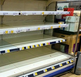 ??  ?? Stripped bare: An empty chiller display at a Tesco in Cambridge