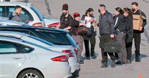 ?? — AFP ?? Police and crime scene investigators work at the site of a mass shooting at a FedEx facility in Indianapolis, Indiana on Friday.