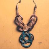 ??  ?? Collar en dos piezas de cobre y cable y detalle de una piedra. Obra de Nimia Portillo.