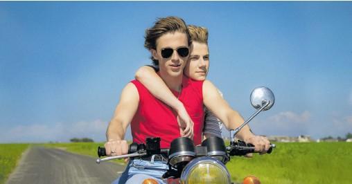 ?? [ Filmladen ] ?? Einer der wenigen unbeschwerten Augenblicke einer Sommerliebe, die böse endet: David (Benjamin Voisin) und Alexis (Felix´ Lefebvre).
