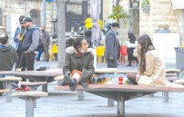 ?? (Marc Israel Sellem/The Jerusalem Post) ?? PEDESTRIANS STOP for a bite to eat in downtown Jerusalem yesterday.