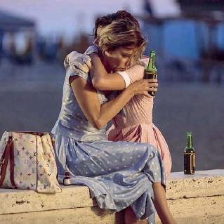 ??  ?? Amiche Bruni Tedeschi e Micaela Ramazzotti ne «La pazza gioia»