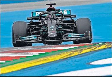 ??  ?? Lewis Hamilton, al volante de su Mercedes durante los entrenamientos de ayer en Spielberg.