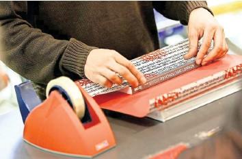?? FOTO: CHRISTIAN BEHRENS ?? Ein Verkäufer packt ein Geschenk ein: Im Einzelhandel gibt es noch zahlreiche Ausbildungsplätze.