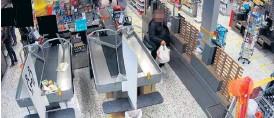 ?? Bild: Polisen ?? den stöldåtalade mannen fångades av övervakningskamera när han gick förbi en obemannad kassa med kassar i händerna.