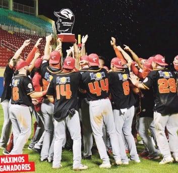 ?? Suministrada / Criollos de Caguas ?? MÁXIMOS GANADORES Los Criollos de Caguas, aquí levantando el trofeo de campeón 2020-21, son ahora el equipo con más títulos en la historia de la Lbprc con 19.