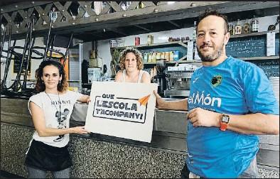 ??  ?? Treballadors del mercat de Sant Roc amb el lema de la campanya