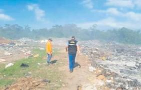 ??  ?? Una comitiva del Mades junto con el fiscal de Medio Ambiente, Alcides Giménez, constató en agosto pasado que el vertedero no tenía licencia ambiental.