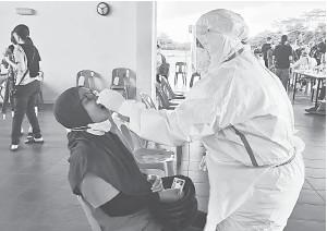 ??  ?? CALIT SAMPEL: Proses ujian sedang dijalankan di ACD Dataran Sibu Fasa 1 semalam.
