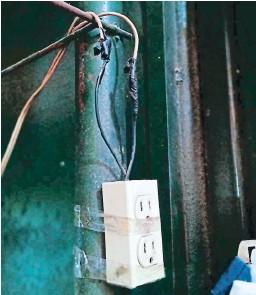 ?? FOTO: EL HERALDO ?? El sistema eléctrico del mercado está sobrecargado de conexiones y representa un riesgo permanente para los locatarios.