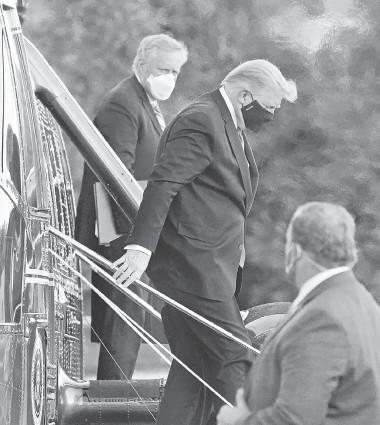 ??  ?? El presidente Donald Trump desciende del Marine One al llegar al Centro Médico Militar Nacional Walter Reed, en Bethesda, Maryland.