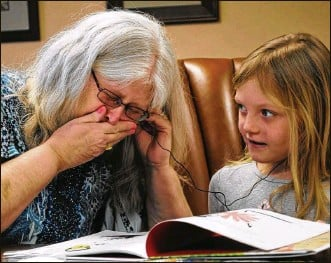 ?? CONTRIBUTED PHOTOS ?? Madison Payne and her grandmother listen to the girl's mother, Erin Payne, reading a story for her. Erin died of a drug overdose when Madison was 3.