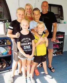 """??  ?? Familie Schmidtke aus Bad Kreuznach urlaubt in Wiesing in Tirol: Vater Gerd, Mutter Katrin und das """" Zwillingsdoppel"""": Max & Moritz ( beide 12), sowie Lilly & Luis ( beide 8)."""