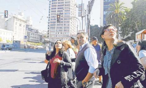 ??  ?? ►► Reacción de la población en el plan de la ciudad de Valparaíso al momento del sismo registrado ayer.