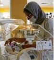 ?? Foto: Abdeljalil Bounhar/AP, dpa ?? Eine Krankenschwester kümmert sich im Krankenhaus um eines der neun Kinder.