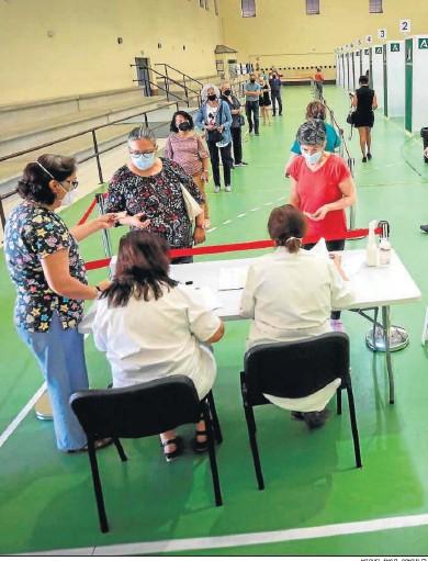 ?? MIGUEL ÁNGEL GONZÁLEZ ?? Sanitarios vacunando en el pabellón Vega Veguita.