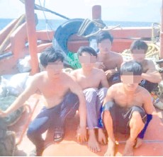 ??  ?? The five Vietnamese suspects detained by MMEA for encroaching into Sabah waters for illegal fishing.