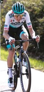 ??  ?? 3 Marca registrada. Como hiciera en el Tour de Francia, el potentísimo alemán Lennard Kämna (Bora) realizó un vuelo rasante camino de Manresa.