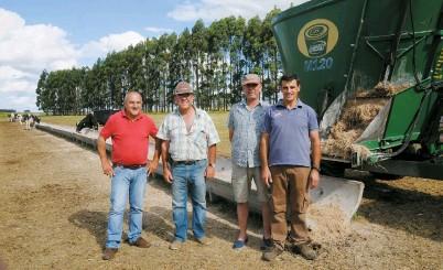 ??  ?? Luis Aberastegui, Alberto y Bernardo Tornielli y Gustavo Aberastegui con el M120 en el área de racionamiento de toros