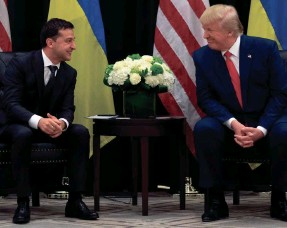 ?? SAUL LOEB/AFP/GETTY IMAGES ?? President Donald Trump and Ukrainian President Volodymyr Zelensky speak during a meeting in New York on September 25, 2019, on the sidelines of the United Nations General Assembly.
