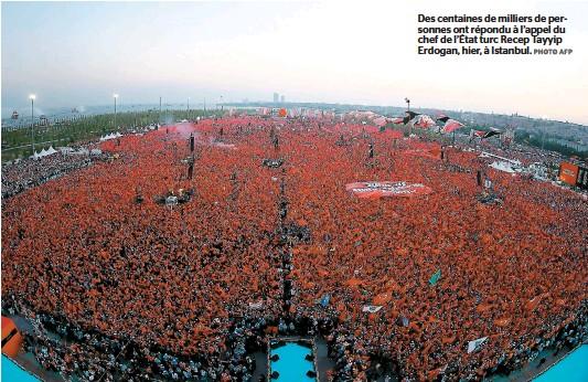 ??  ?? Des centaines de milliers de personnes ont répondu à l'appel du chef de l'état turc Recep Tayyip Erdogan, hier, à Istanbul.