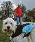 ??  ?? Annemarie Pfaff mit Goldendoodle Maxi im Sheridan Park.