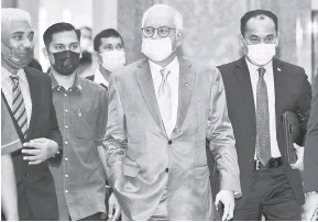 ?? — Gambar Bernama ?? RAYUAN: Najib (dua, kanan) tiba di mahkamah bagi pendengaran rayuan terhadap sabitan dan hukuman berkaitan penyelewengan dana RM42 juta milik SRC International di Mahkamah Rayuan semalam.